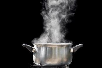 蒸気が出ている鍋